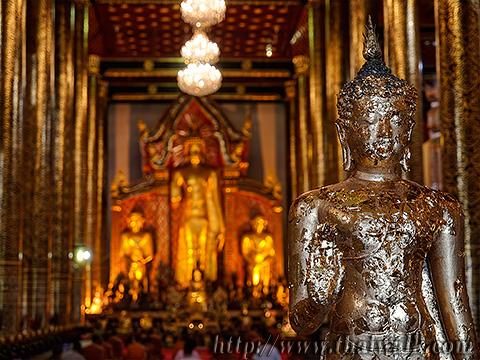 The elegant statue of Buddha in the Main Prayer Hall