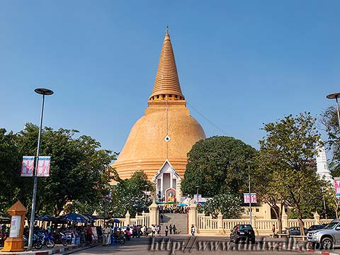 Phra Pathom Chedi - just outside No.05