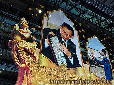 King Bhumibol Adulyadej - the pictures at the airport(2)